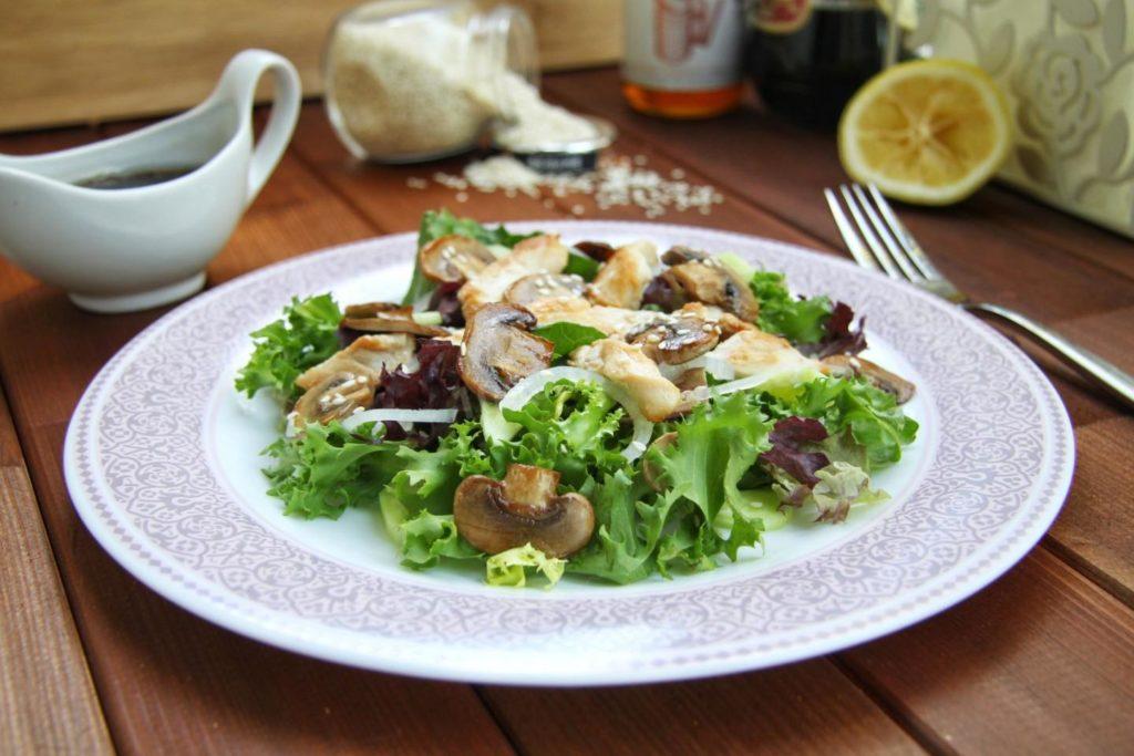 салат с жаренными шампиньонами