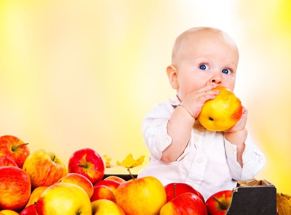 ребенок ест яблоки
