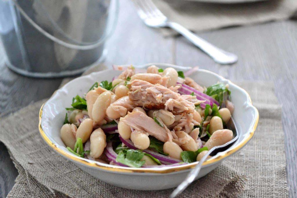 салат с рыбой и фасолью