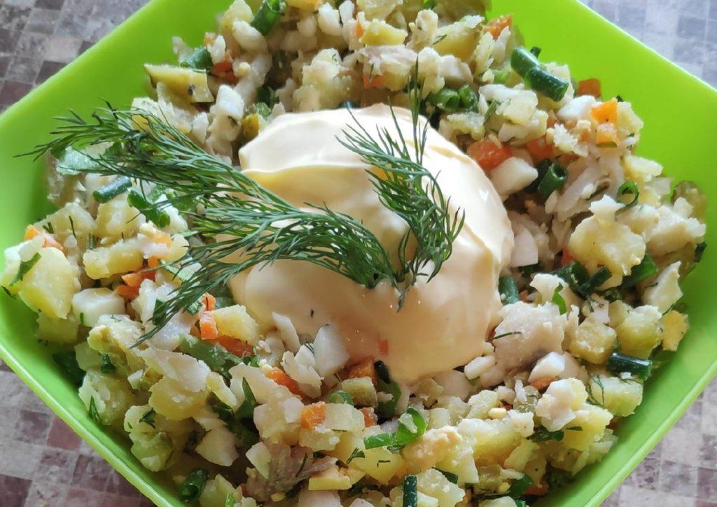 салат с отварным минтаем
